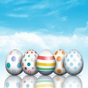 دانلود وکتور تخم مرغ رنگی, وکتور تخم مرغ رنگی با آسمان آبی, وکتور آسمان آبی و ابر, وکتور طرح تخم مرغ رنگی